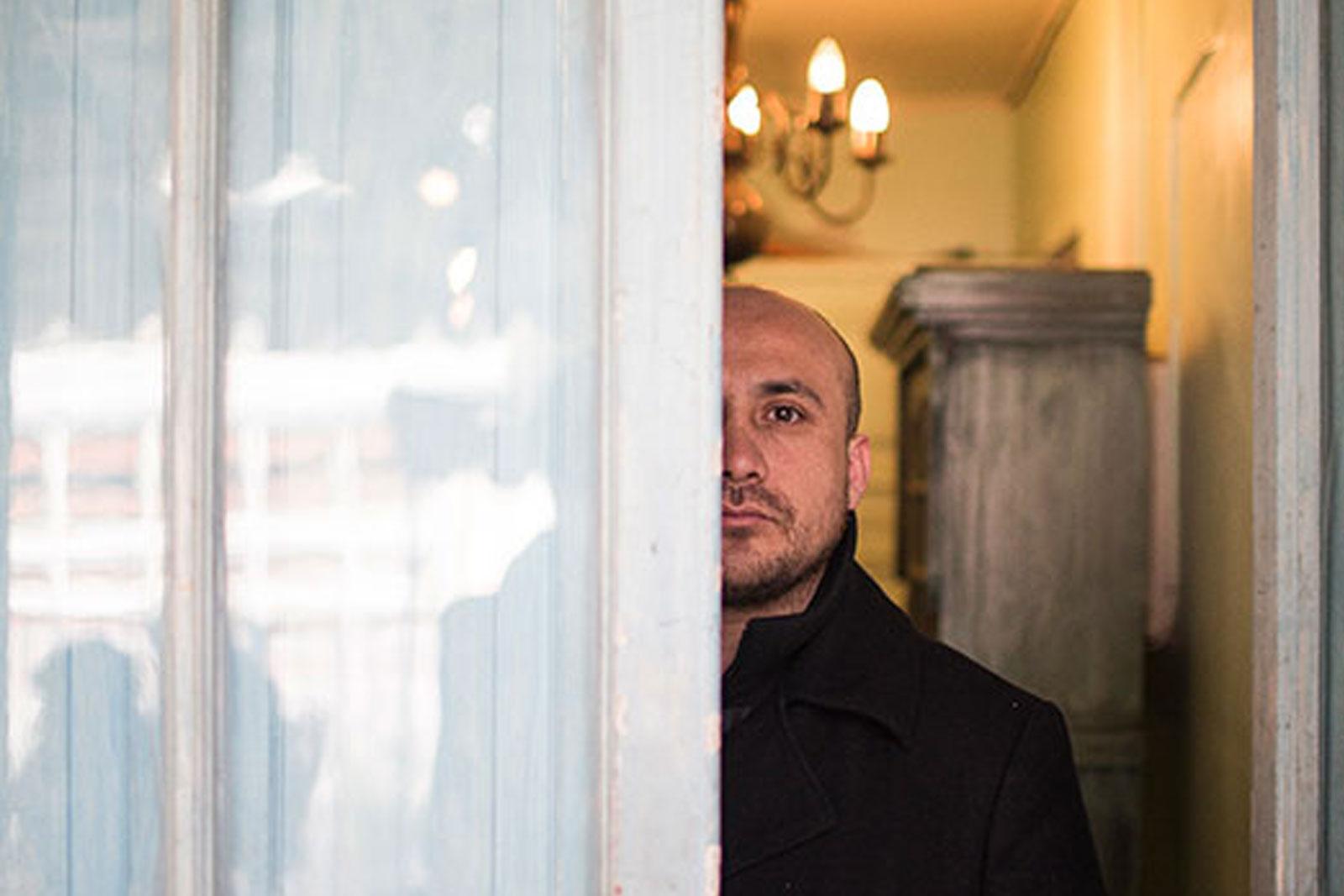 RETRATO DE LUIS Barrales tomado por el fotografo Alejandro Olivaes de The Clinic