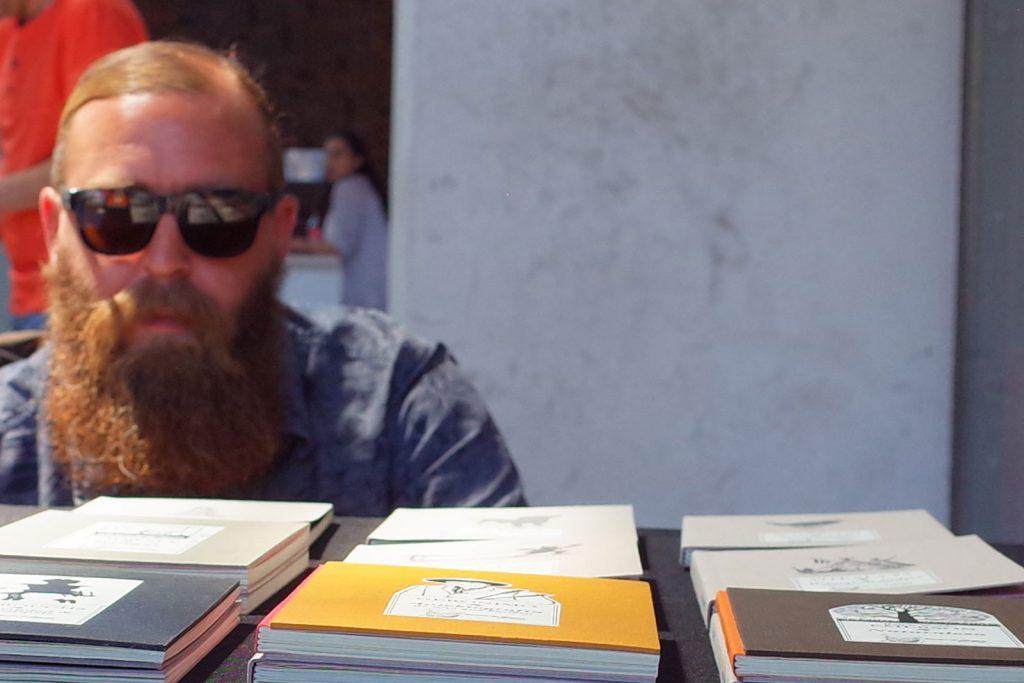 Historias de creadores. Fotografía creador de proyecto editorial barba de abejas